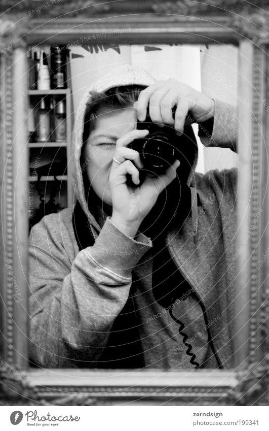 Hallo Ich! Mensch Jugendliche Erwachsene maskulin Fotokamera Spiegel Blick Fotograf Porträt Selbstportrait Fotografieren Spiegelbild Bilderrahmen Gerät