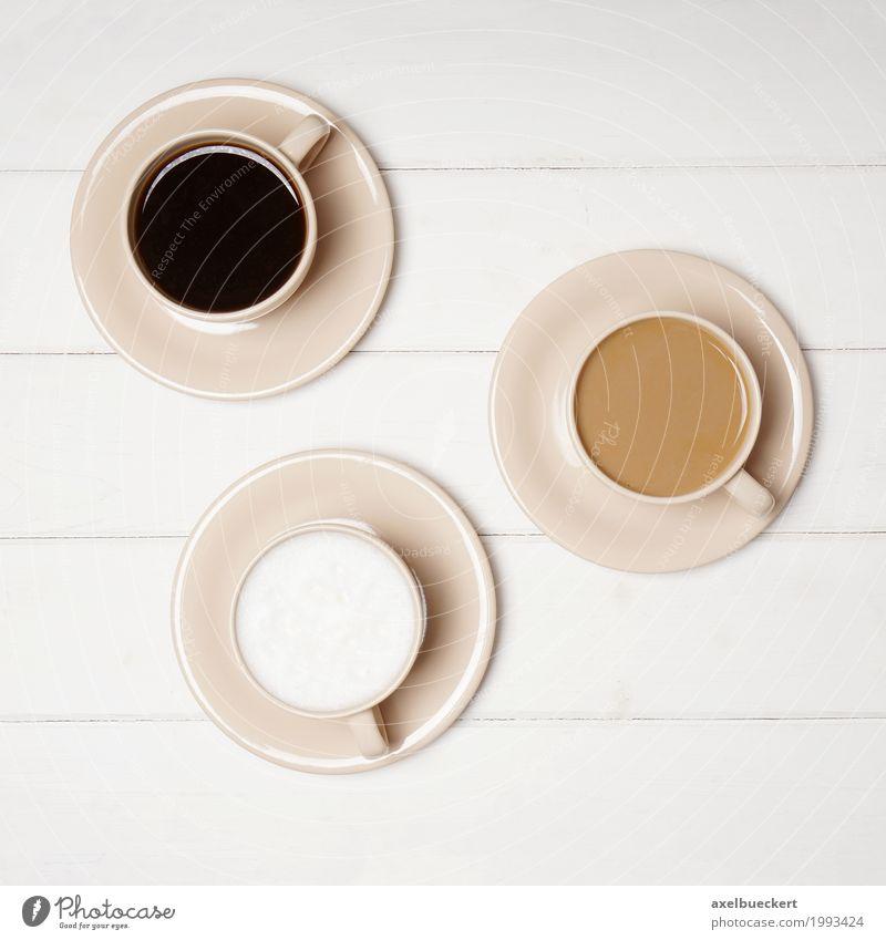 Kaffee Varianten weiß schwarz Lifestyle Tisch genießen Getränk Café Geschirr Tasse Holztisch Verschiedenheit Milch Espresso Kaffeetrinken Kaffeetasse