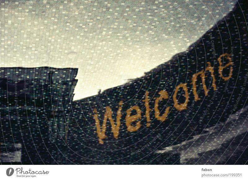 WELCOME TO MALAYSIA Reflexion & Spiegelung mirror Willkommen bienenue Wasser Brunnen Fliesen u. Kacheln herzlich parallel orange grün Stimmung unlogisch