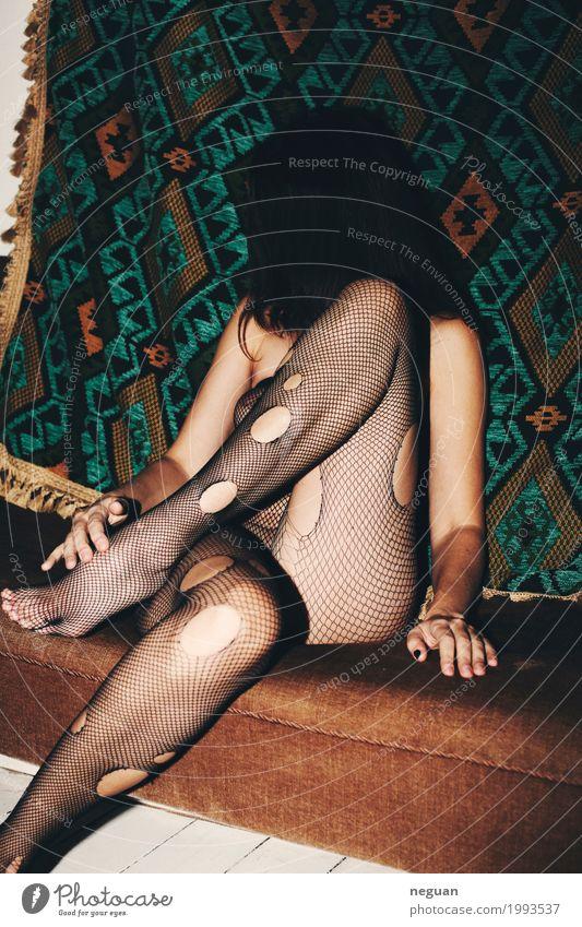ohne Titel Mensch Junge Frau Jugendliche Körper Mode Unterwäsche Gefühle Erotik schön Sex geheimnisvoll Gelassenheit Reichtum feminin dessous Beine Teppich