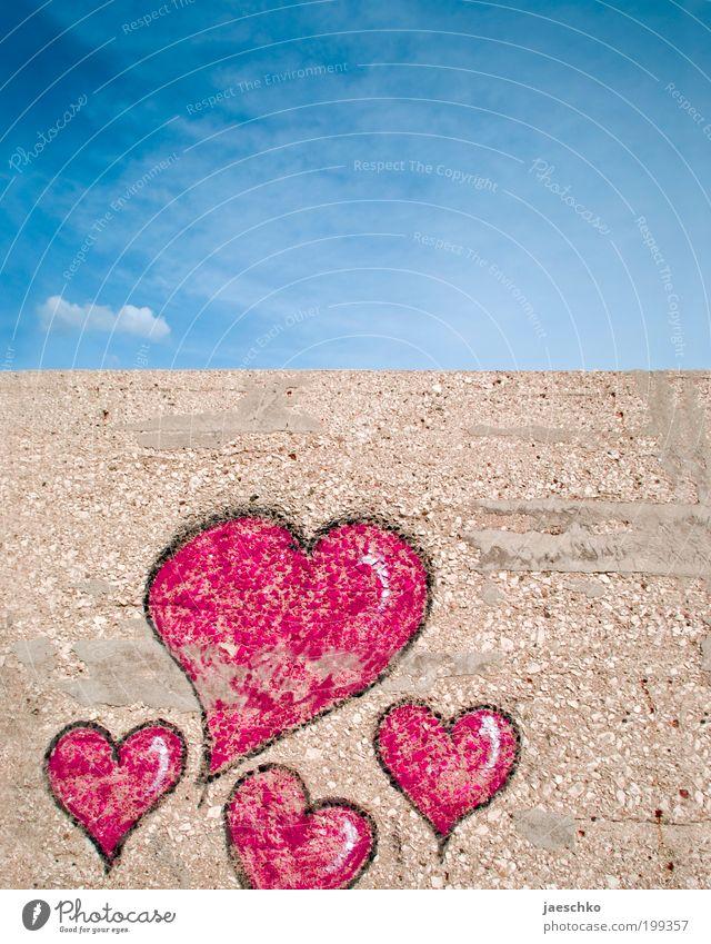 Liebe an Mauer Himmel blau rot Wand Gefühle Graffiti Glück Zusammensein Herz Romantik Kitsch Zeichen Partnerschaft Verliebtheit