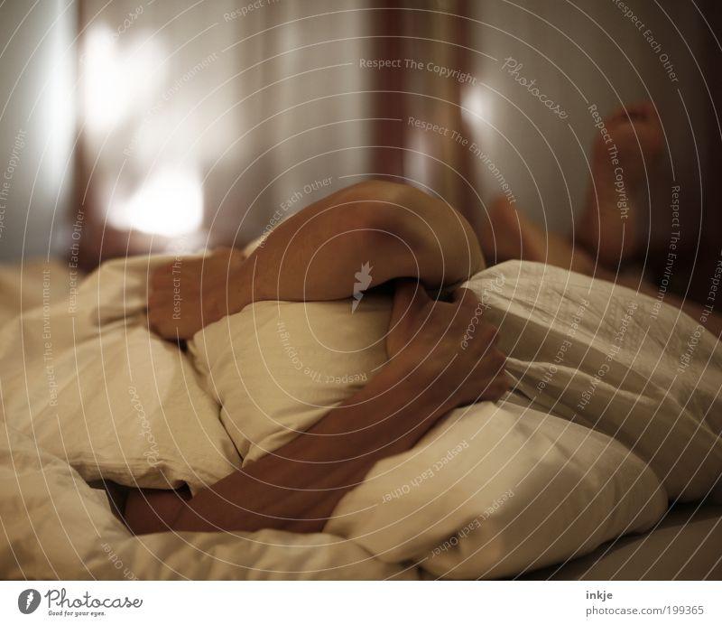 Ich nehm die Decke... den Tag kannst Du behalten! Mensch Einsamkeit Erwachsene Gefühle Traurigkeit Fuß Stimmung Arme Bett Schutz Schmerz Stress verstecken