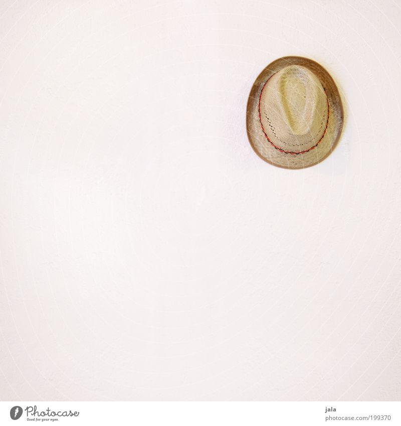 Hut Fassade Mode Accessoire Strohhut hängen einfach gut hell weiß beige Kopfbedeckung Farbfoto Innenaufnahme Menschenleer Textfreiraum links Textfreiraum unten