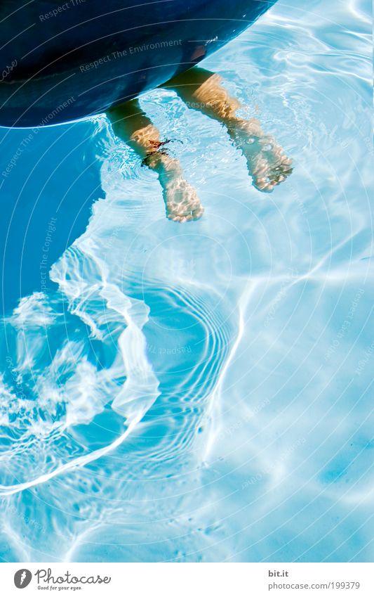 Zwei nackte Füße tauchen im blauen Wasser unter einem großen blauen Schwimmring. Freude Spielen Ferien & Urlaub & Reisen Ausflug Sommerurlaub Sonne Schwimmbad