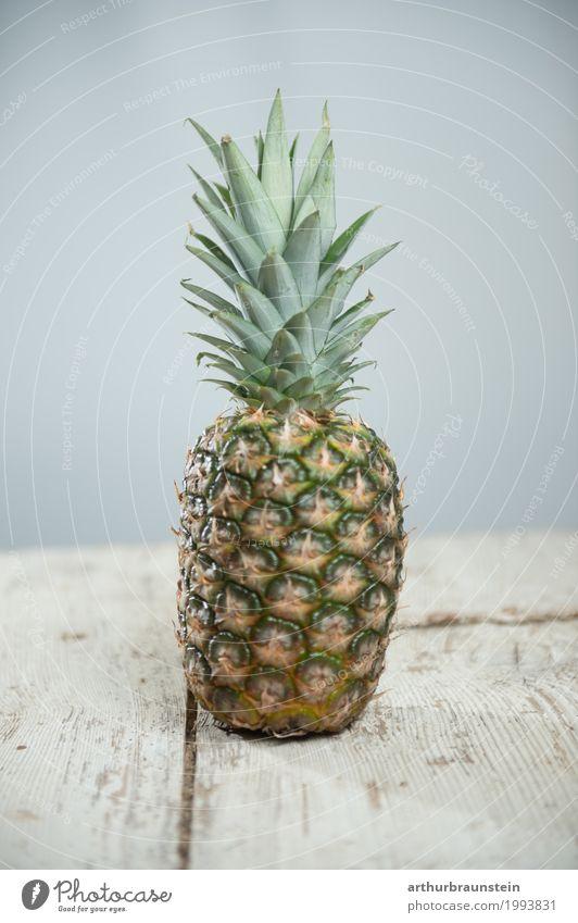 Ananas auf Holztisch Lebensmittel Frucht Ananasblätter Ernährung Frühstück Mittagessen Vegetarische Ernährung Fasten Slowfood Asiatische Küche kaufen Reichtum