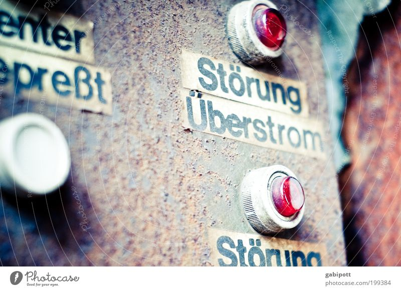 Störung. Überstrom. Maschine Zeitmaschine Technik & Technologie Fortschritt Zukunft Energiekrise Notfall Schalter Schalterleiste drücken Fabrik Industrie