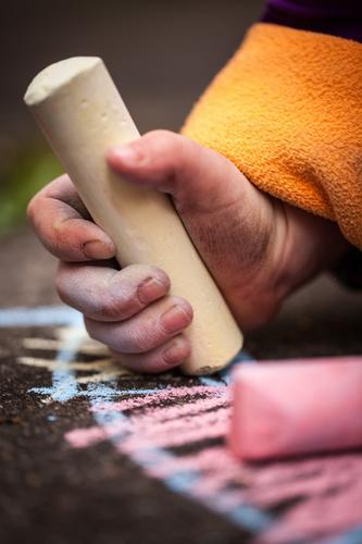 Malen Kind Hand Freude Spielen Glück Schule lernen niedlich Bildung streichen zeichnen Spielzeug Wissenschaften Kindergarten Kreide Begeisterung