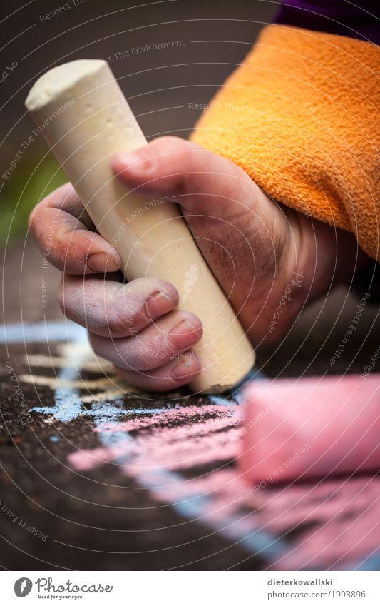 Malen Kindererziehung Bildung Wissenschaften Kindergarten Schule lernen Spielzeug zeichnen Spielen niedlich Freude Glück Begeisterung Kindheit Hand Kinderhand