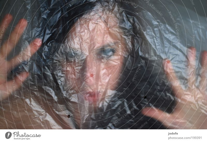 Horrorshow feminin Junge Frau Jugendliche Erwachsene Gesicht Hand 1 Mensch 18-30 Jahre Aggression gruselig trashig Angst Entsetzen Todesangst Platzangst seltsam
