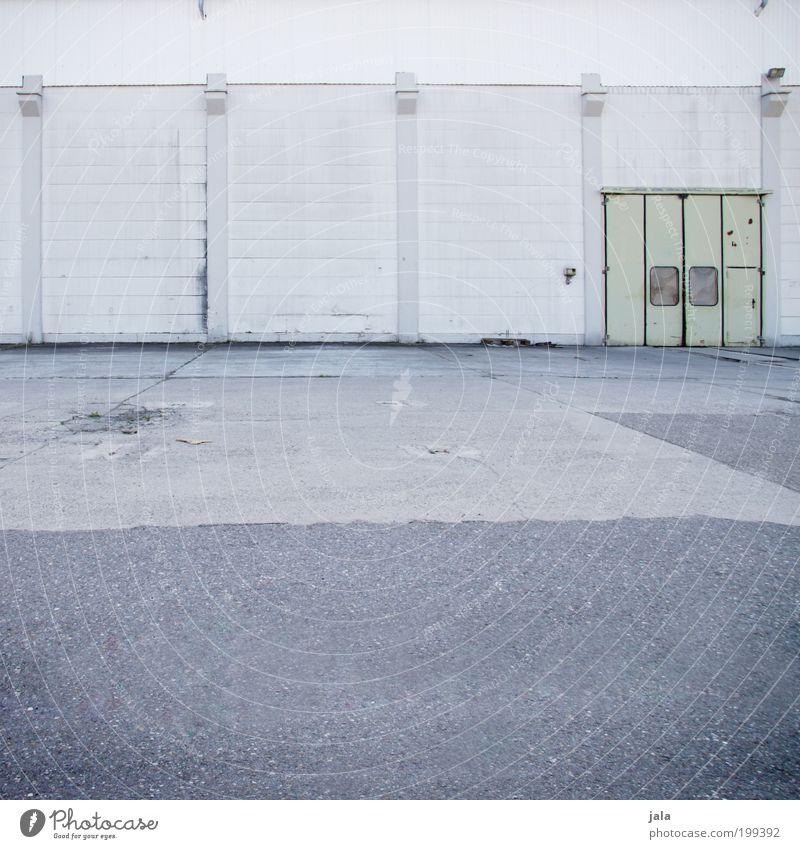 nix als beton und ein tor Wand grau Gebäude Mauer Tür Platz trist Industriefotografie einfach Bauwerk Fabrik Tor Industrieanlage industriell Fabrikhalle