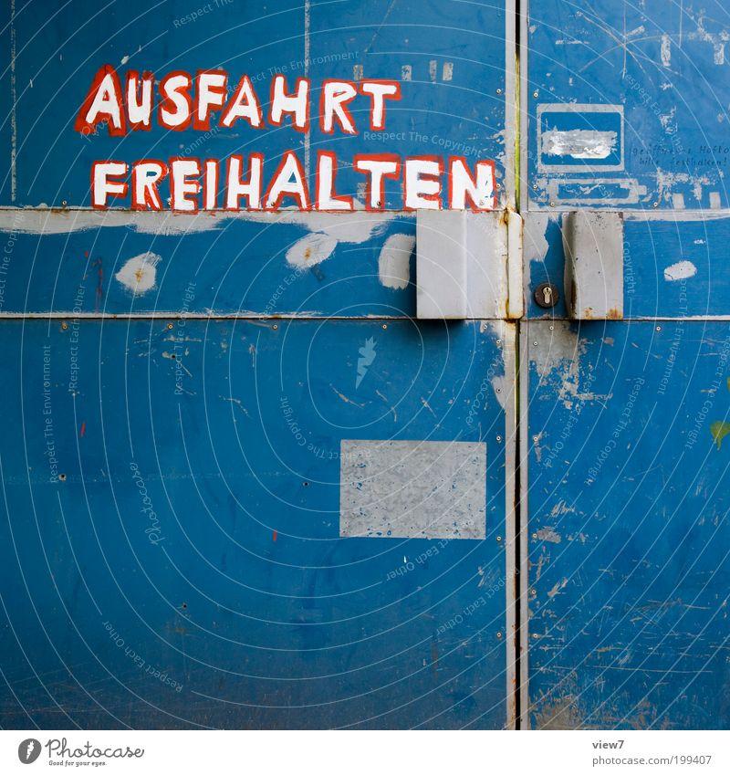 Kleinkunst. alt blau rot Haus Wand Mauer Linie Metall Tür Design Schilder & Markierungen ästhetisch retro Schriftzeichen authentisch einfach
