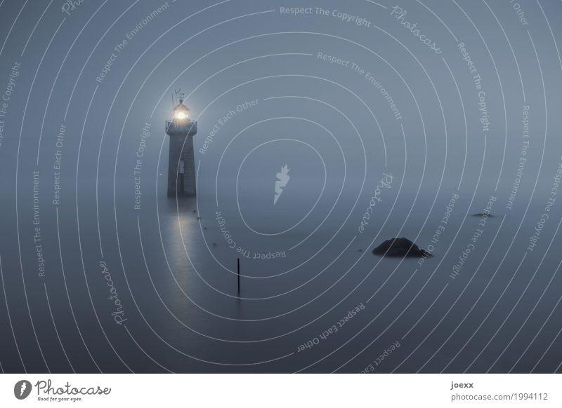 Leuchtturm im Wasser bei Nebel Küste Küstennebel Sicherheit Meer Felsen Pfad Licht Ruhe Orientierung wasser Himmel Außenaufnahme Farbfoto Menschenleer Nacht
