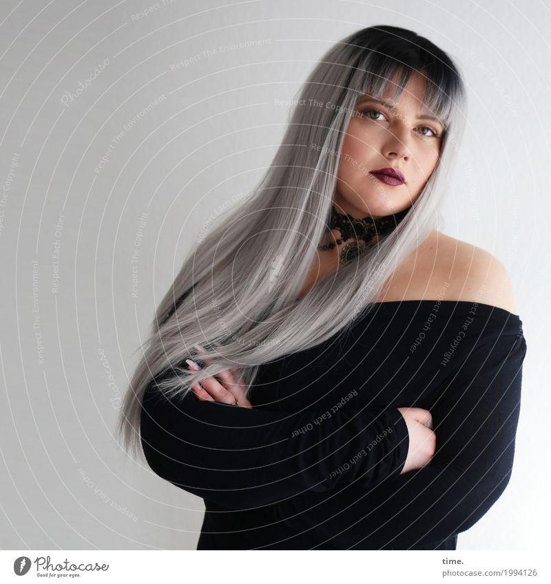 Kristina feminin Frau Erwachsene 1 Mensch T-Shirt Schmuck Halsband grauhaarig langhaarig Pony beobachten festhalten Blick warten schön Ehre selbstbewußt