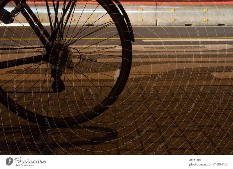 Fahrradstadt Lifestyle Verkehr Verkehrsmittel Straßenverkehr Wege & Pfade Schriftzeichen fahren dunkel Stadt Mobilität Rad Farbfoto Außenaufnahme Nahaufnahme