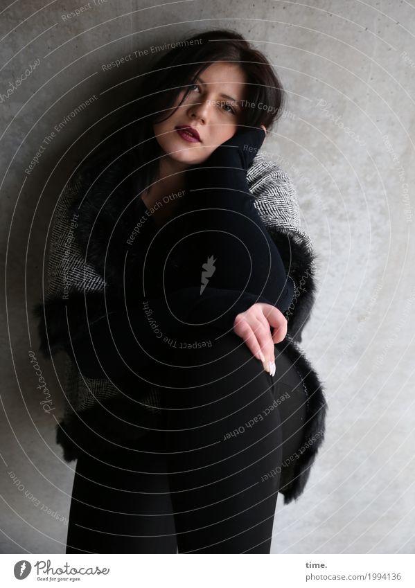 Kristina feminin Frau Erwachsene 1 Mensch Mauer Wand Mantel brünett langhaarig beobachten Blick sitzen warten ästhetisch dunkel schön selbstbewußt Leidenschaft
