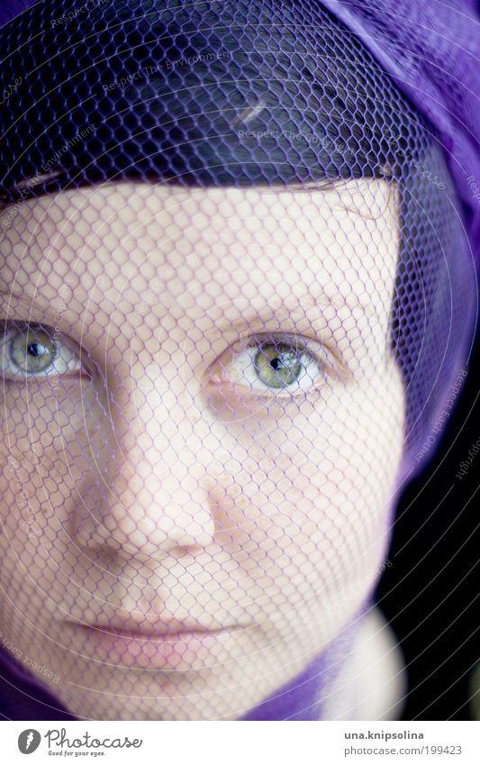 netz Frau Jugendliche schön Gesicht feminin Mode Erwachsene Ordnung Wellness Netz violett Maske gefangen Porträt Accessoire Junge Frau