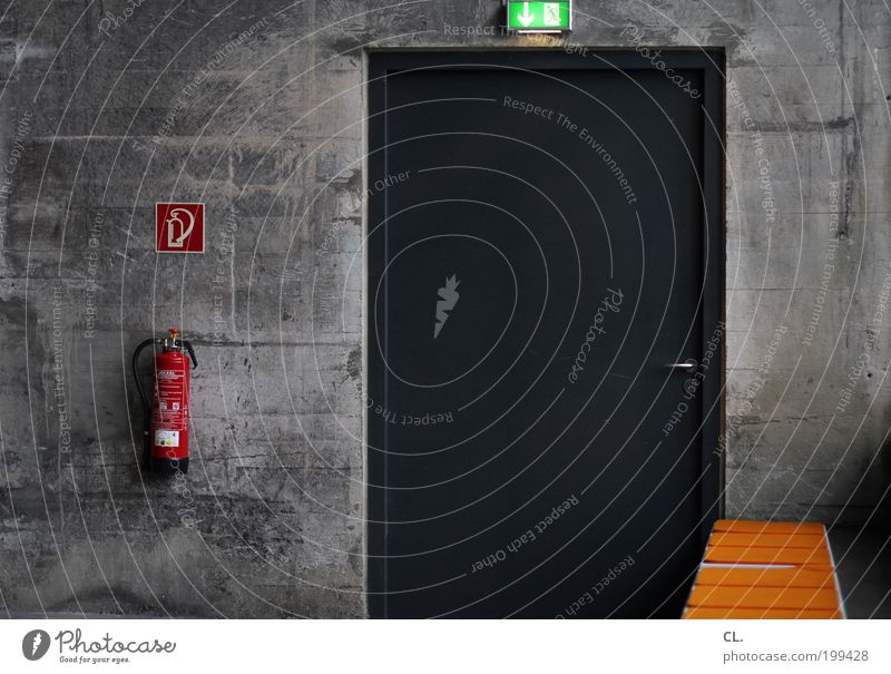 notausgang Wand Mauer Tür Arbeit & Erwerbstätigkeit Ordnung Brandschutz Sicherheit Fabrik Schutz Langeweile Sorge Rettung Industrieanlage Notfall Lampe Ausgang