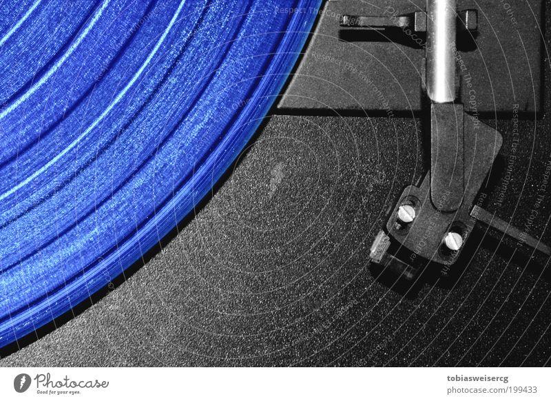 Blaue Musik? alt blau schwarz Musik Linie ästhetisch retro Medien Kunststoff silber Diskjockey Tonabnehmer Schallplatte Nachtleben Detailaufnahme Elektrisches Gerät