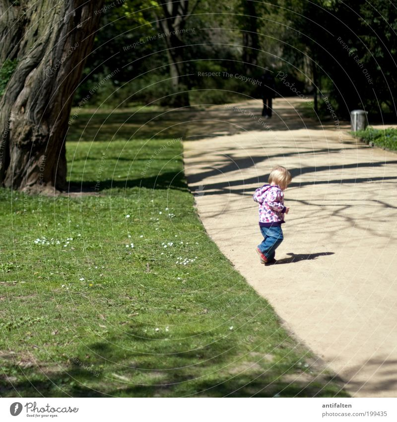 Laufen lernen Mensch Kind Natur grün Baum Mädchen Sommer Wiese Spielen Bewegung Gras Wege & Pfade Frühling Park Kindheit Schuhe