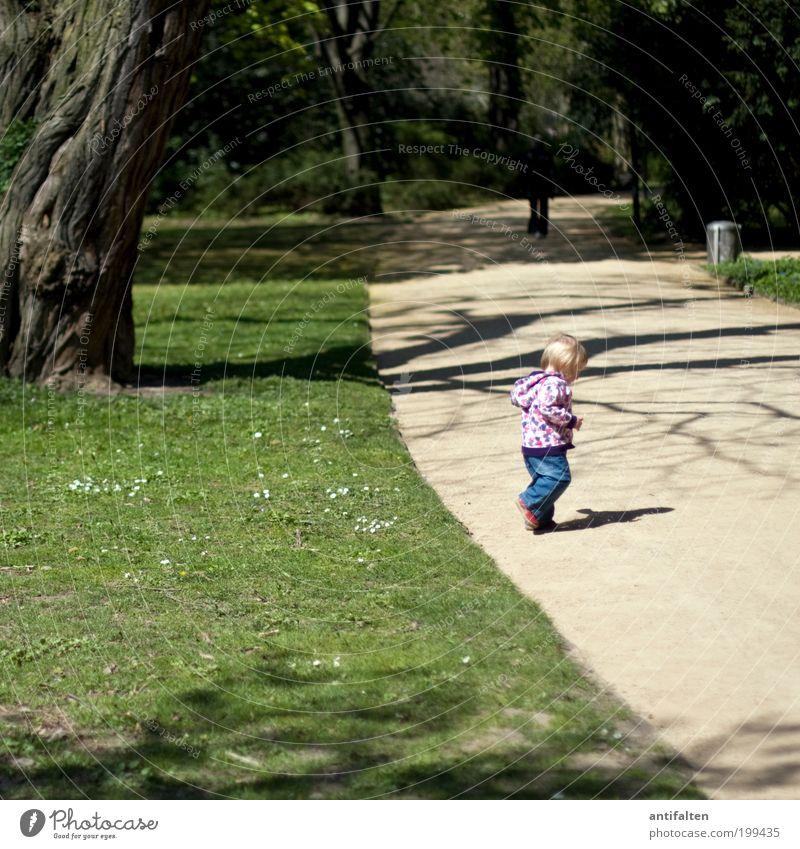 Laufen lernen Spielen Ausflug Sommer Mensch Kind Kleinkind Mädchen Kindheit 1 1-3 Jahre Natur Frühling Schönes Wetter Baum Gras Park Wiese Düsseldorf Jeanshose