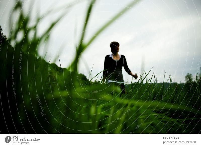 Liegen Mensch Natur Jugendliche grün Leben Wiese feminin Gras Frühling Landschaft Erwachsene Spaziergang gehen Blick Junge Frau