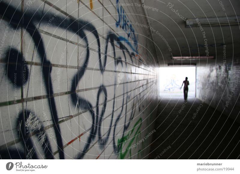 unterführung Mensch Einsamkeit dunkel Architektur laufen Fliesen u. Kacheln Tunnel Tagger Unterführung