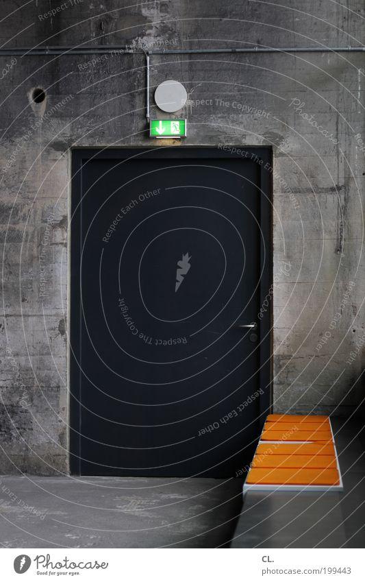 notausgang ruhig Wand Gebäude Mauer Tür Ordnung Sicherheit bedrohlich Schutz Wachsamkeit Langeweile Sitz stagnierend Überleben achtsam Möbel