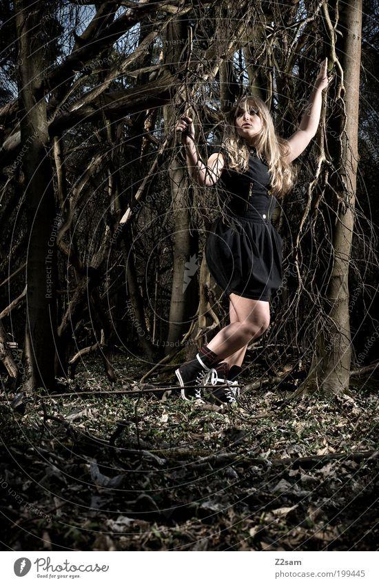 AliceIII Stil feminin Frau Erwachsene 18-30 Jahre Jugendliche Natur Landschaft Baum Wald Kleid Stiefel blond langhaarig berühren stehen träumen dunkel gruselig