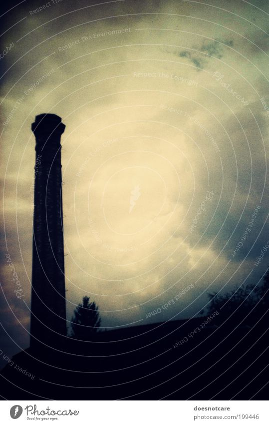 i can hear the drums... schlechtes Wetter bedrohlich Traurigkeit Schornstein Vignettierung Wolken schwarz Industrie Emission Abgas Luftverschmutzung Klimawandel