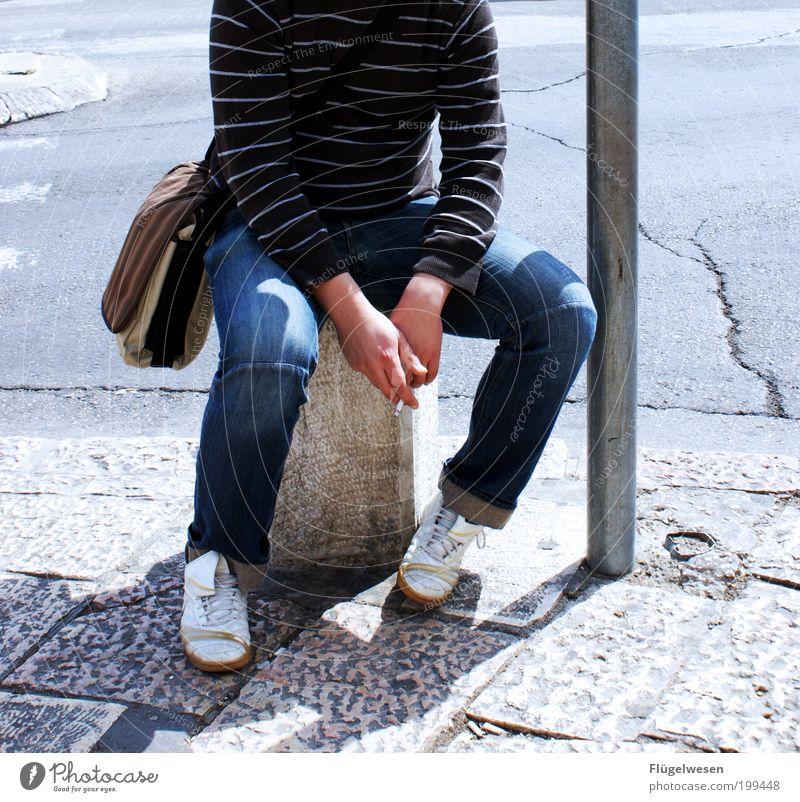 Wenns mal wieder länger dauert! Erholung Beine warten sitzen Lifestyle Jeanshose Pause Rauchen Zigarette Tabakwaren Bürgersteig genießen Tasche Sitzgelegenheit Mensch