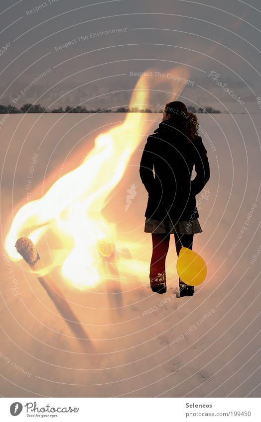 Lichterloh Mensch Himmel Natur Winter feminin kalt Schnee Umwelt Landschaft hell Ausflug Feuer Luftballon beobachten heiß brennen