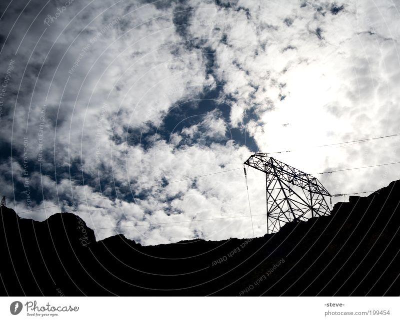 Strom Energiewirtschaft blau schwarz Elektrizität Strommast Himmel Wolken Hochspannungsleitung Farbfoto Außenaufnahme Textfreiraum links Textfreiraum oben