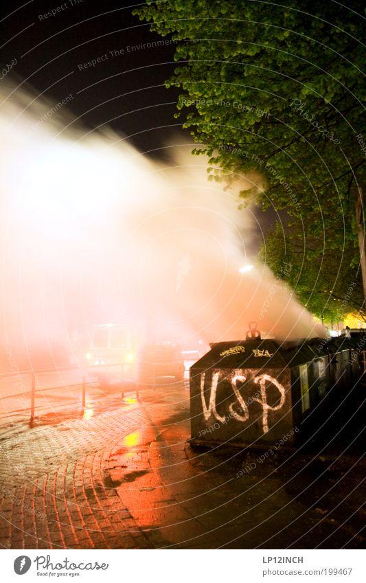 """1.MAI """"USP"""" Aggression bedrohlich rebellisch gefährlich Wut Frustration Gewalt Hass 1.mai montagsdemonstrationen Schanzenviertel Feuer Müllbehälter Farbfoto"""