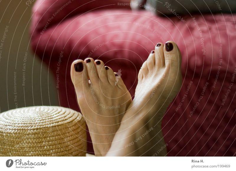 Siesta Nagellack Zufriedenheit Erholung ruhig Meditation Sommer feminin Frau Erwachsene Leben Fuß Hut liegen schlafen träumen authentisch Glück positiv Wärme
