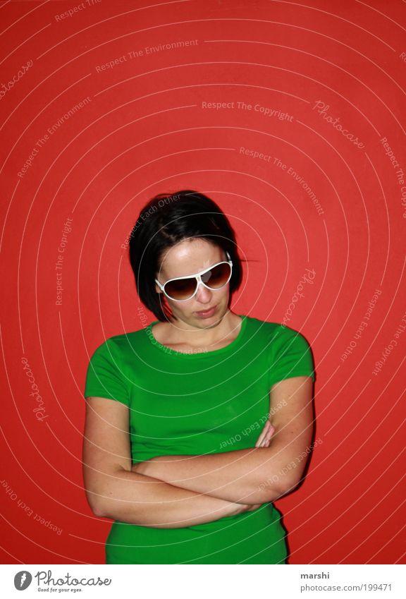 Knaller Lifestyle Stil feminin Junge Frau Jugendliche Erwachsene warten Coolness grün rot Gefühle Stimmung Gelassenheit knallig Komplementärfarbe Brille