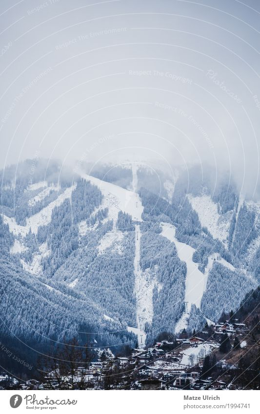 Wolkenversunkener Gipfel Skipiste Umwelt Natur Landschaft Winter schlechtes Wetter Nebel Eis Frost Schnee Schneefall Wald Hügel Berge u. Gebirge