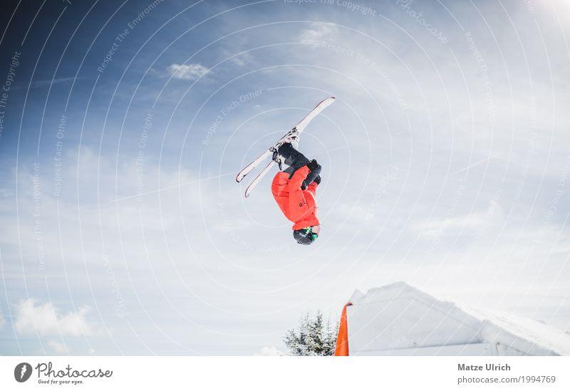 Skiing Freestyle I Mensch Sonne rot Winter Berge u. Gebirge Sport Schnee fliegen Felsen Freizeit & Hobby springen Eis Gipfel Hügel Alpen Schneebedeckte Gipfel