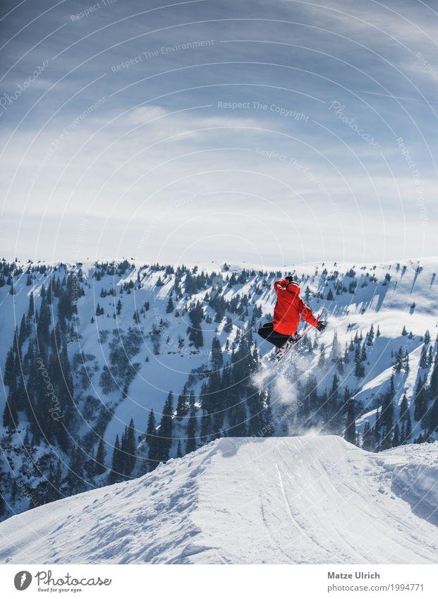 Skiing Freestyle Winter Schnee Winterurlaub Berge u. Gebirge Sport Wintersport Skier Snowboard maskulin 1 Mensch Sonnenlicht Baum Hügel Felsen Alpen Gipfel