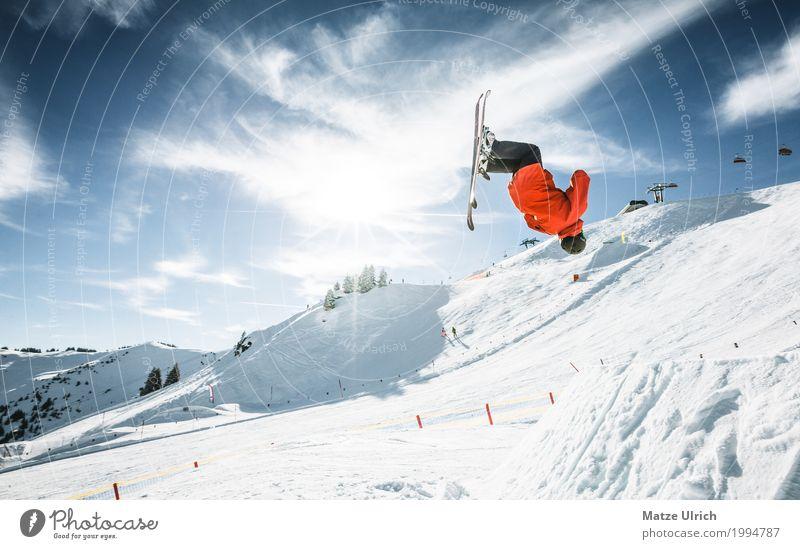 Backflip im Funpark Mensch Jugendliche Junger Mann rot Winter Berge u. Gebirge Schnee Sport Felsen fliegen Freizeit & Hobby springen maskulin Eis Gipfel Hügel