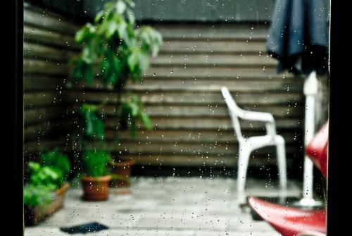 schwimmbad fällt ins wasser. Möbel Stuhl Sonnenschirm Balkon Balkonpflanze Pflanze Wassertropfen schlechtes Wetter Regen Grünpflanze Topfpflanze Wachstum