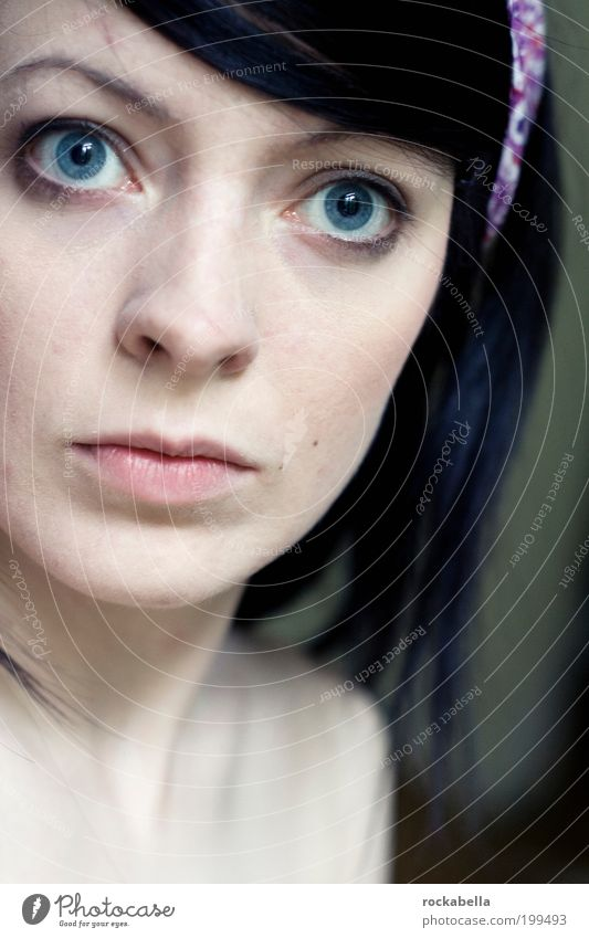 suicide notes. Jugendliche schön blau Auge dunkel feminin Erwachsene elegant ästhetisch einzigartig außergewöhnlich Symbole & Metaphern direkt Gesicht