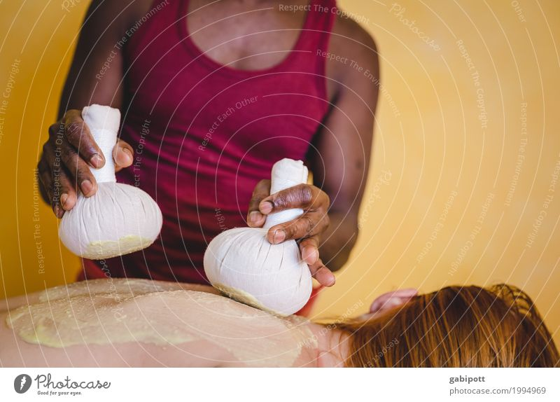 Kräuterstempelmassage Mensch Hand Erholung ruhig Erwachsene Leben Gesundheit Gesundheitswesen Zufriedenheit Körper Rücken Wellness Wohlgefühl harmonisch Indien Sinnesorgane