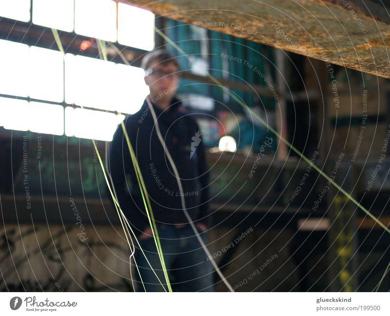 fadenscheinig Mensch Mann Jugendliche Fenster Erwachsene maskulin Brille Fabrik Bart Stahl Rost Insolvenz Fabrikhalle Ruine Sonnenstrahlen Wirtschaftskrise
