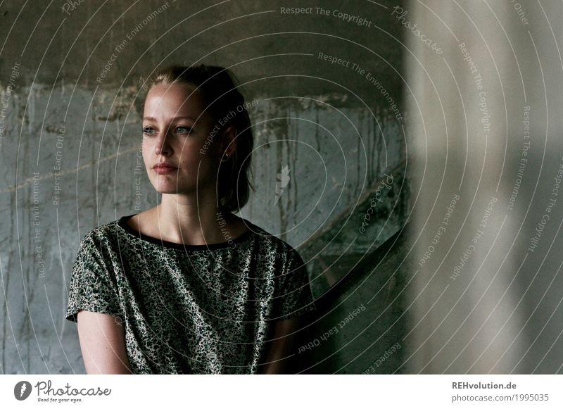 Alexa | Käsefabrik Mensch Frau Jugendliche Junge Frau schön Einsamkeit 18-30 Jahre Gesicht Erwachsene Wand Traurigkeit feminin Stil Mauer außergewöhnlich Mode
