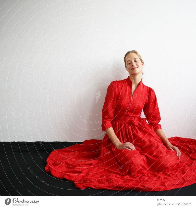. Raum feminin Frau Erwachsene 1 Mensch Kleid blond langhaarig genießen sitzen träumen Freundlichkeit Glück schön Wärme Zufriedenheit Lebensfreude Leidenschaft