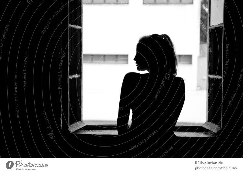 Alexa | am Fenster Mensch Jugendliche Junge Frau schön Einsamkeit 18-30 Jahre schwarz Erwachsene Traurigkeit feminin Körper Angst ästhetisch stehen Sehnsucht
