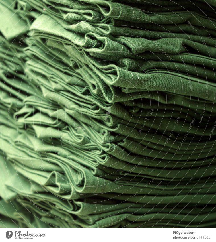 100% Baumwolle Stil Mode Bekleidung Arbeitsbekleidung T-Shirt Stoff authentisch grün zusammenlegen Wäsche Falte stapeln Farbfoto Innenaufnahme Stapel