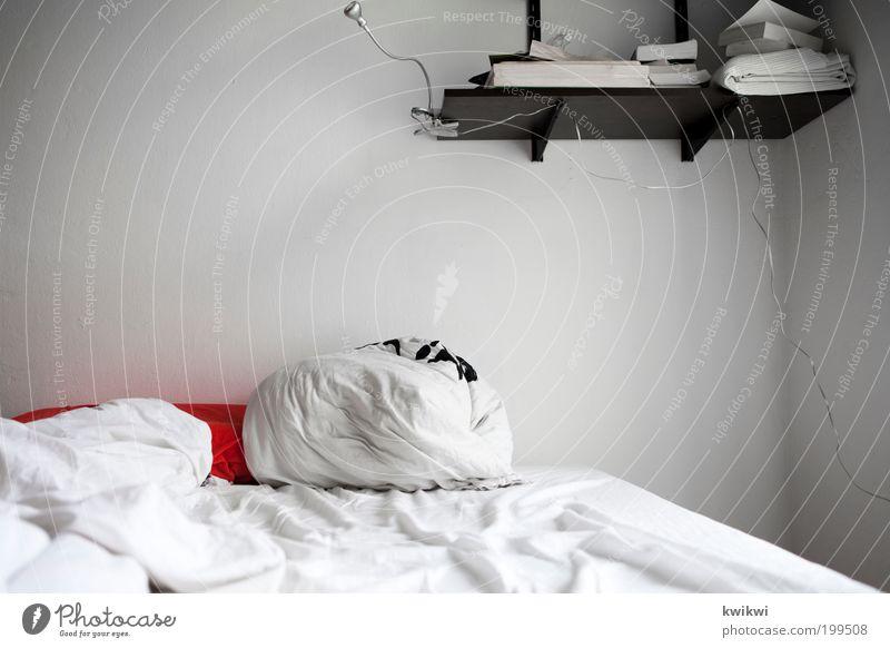 kaffe kochen Häusliches Leben Wohnung Innenarchitektur Möbel Lampe Bett Raum Schlafzimmer Morgen Kissen Decke Regal rot weiß Buch Bücherregal Bettlaken