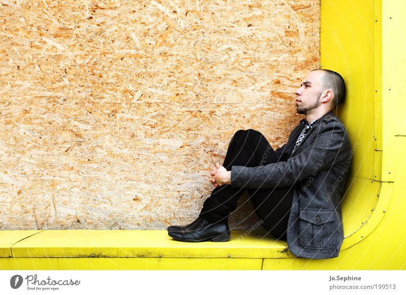 Ohne Dich Jugendliche Einsamkeit Erwachsene gelb Junger Mann Traurigkeit 18-30 Jahre maskulin sitzen nachdenklich Ecke Erinnerung Mensch Schwäche Enttäuschung