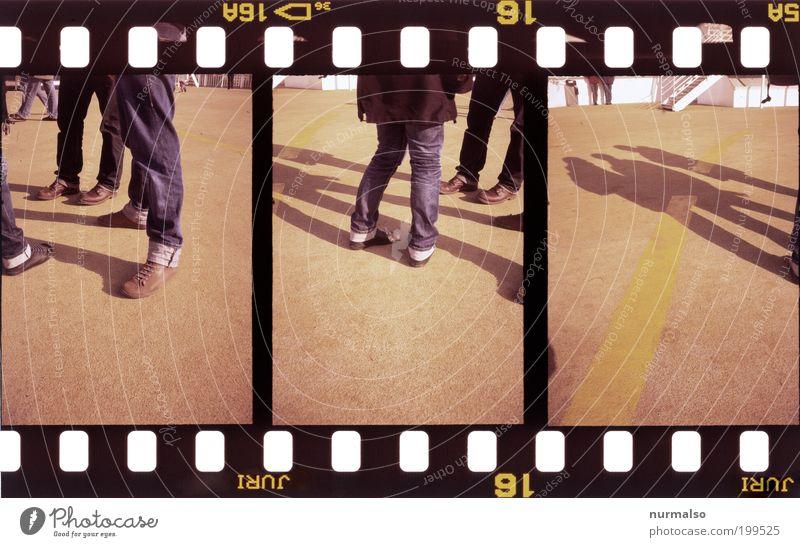3x cool da stehen Mensch Beine Fuß Umwelt Jeanshose Schuhe Farbfoto Experiment abstrakt Schatten Kontrast Silhouette Filmmaterial analog Fotografie Dia